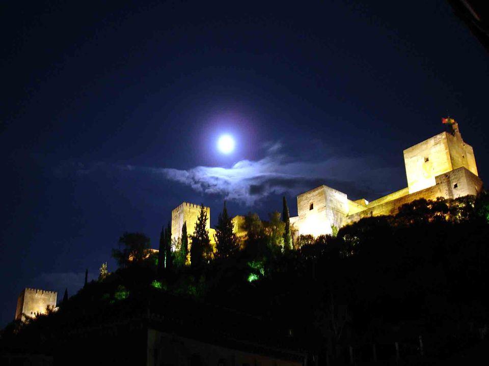 L'origine du mot Alhambra, vient du nom arabe Al Hamra qui signifie « le rouge », donné peut-être en raison de la couleur des tours et des murs au sol