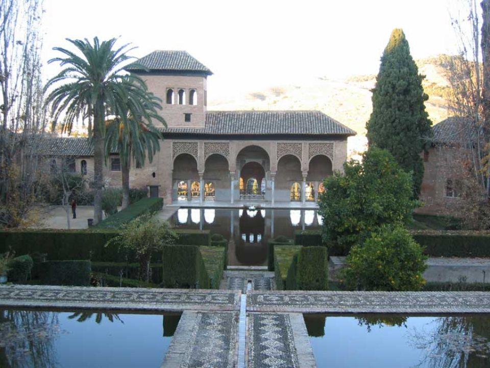 Elle doit son nom a un mot arabe qui signifie portique. Elle désigne les vestiges de la résidence du Sultan Yusuf I. Les élégantes maisons mauresques