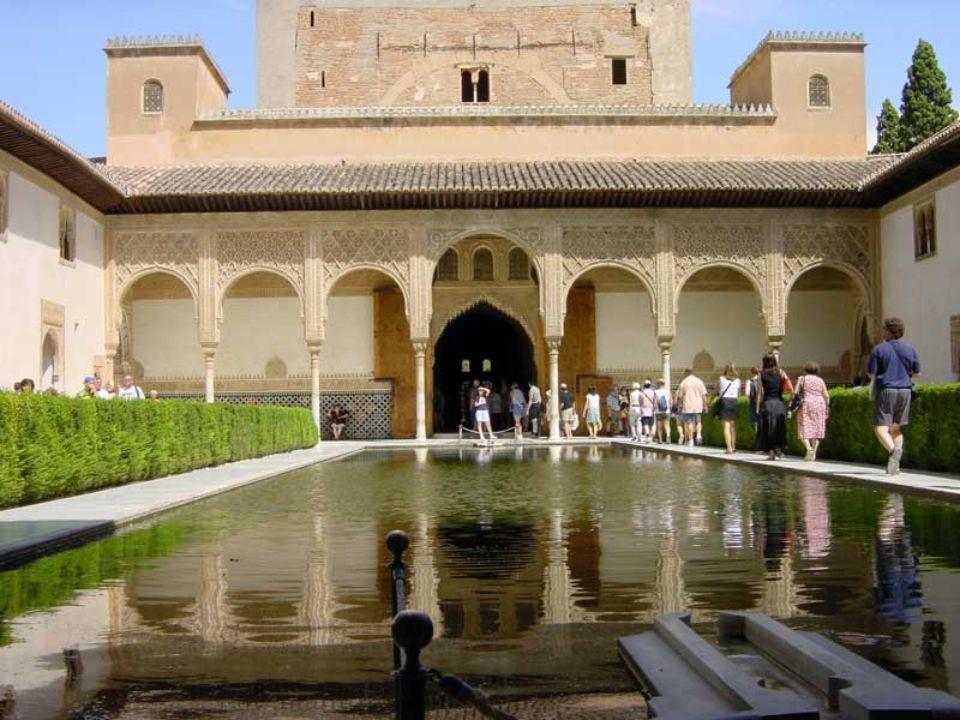 Los Palacios Nazaries Les palais mauresques forment un ensemble comprenant le Mexuar, le Palais de Comares et le Palais des Lions. Ils ont été bâtis a