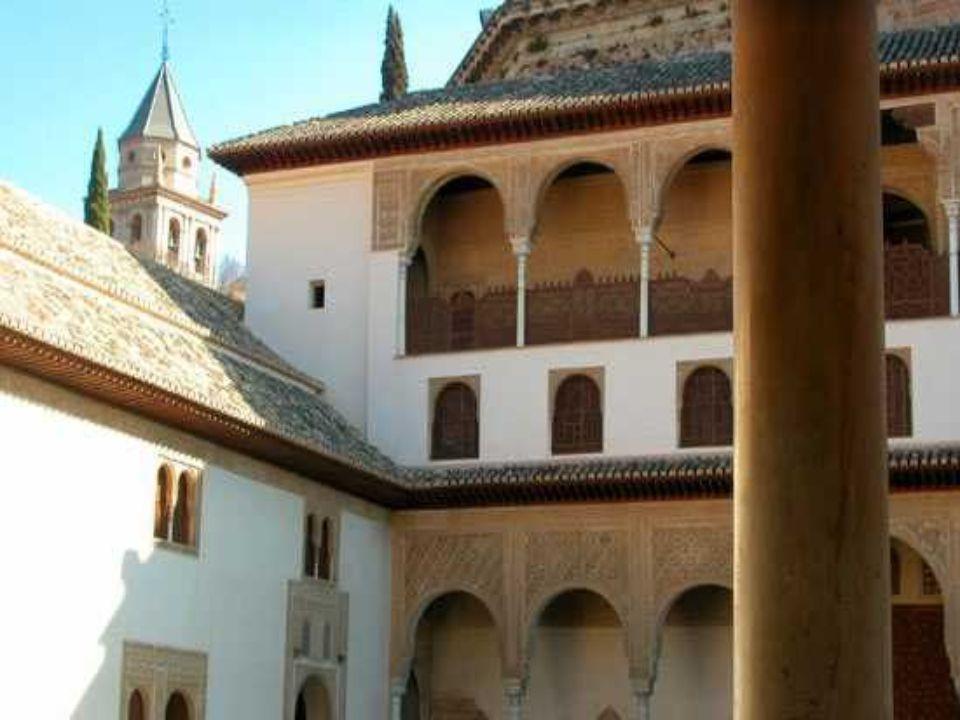 El Palacio de Comares Il s'agit d'un ensemble d'unités regroupées autour du Patio de Arrayanes, avec des galeries à arcades aux extrémités : la salle
