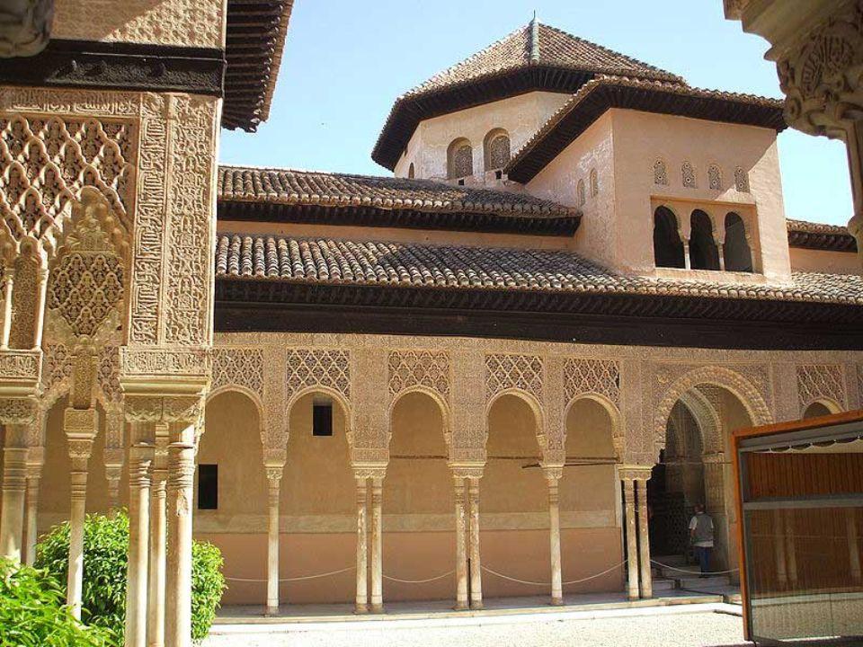 Palacio de los Leones Dans ce palais l'art mauresque atteint son apogée,il joue avec sensibilité et harmonie sur la lumière, l'eau et une décoration d