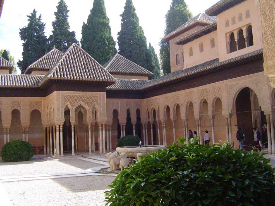 El Patio de los Leones La Cour des Lions est caractérisée par sa magnifique originalité, un mélange harmonieux de l'art oriental et de l'art occidenta