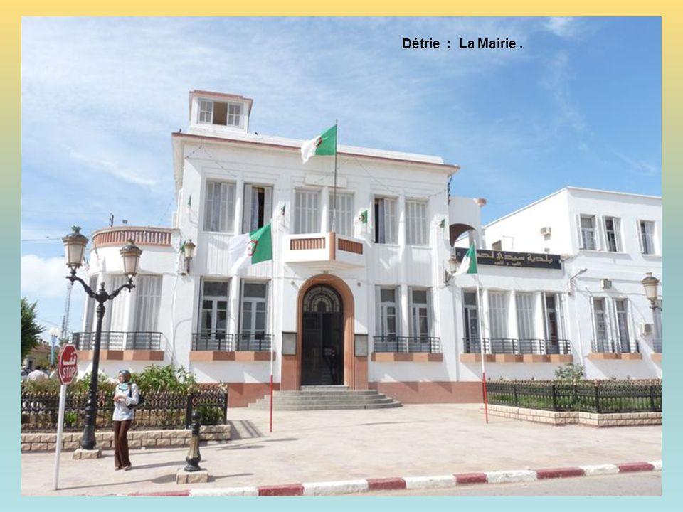 Détrie : La place et la Mosquée.