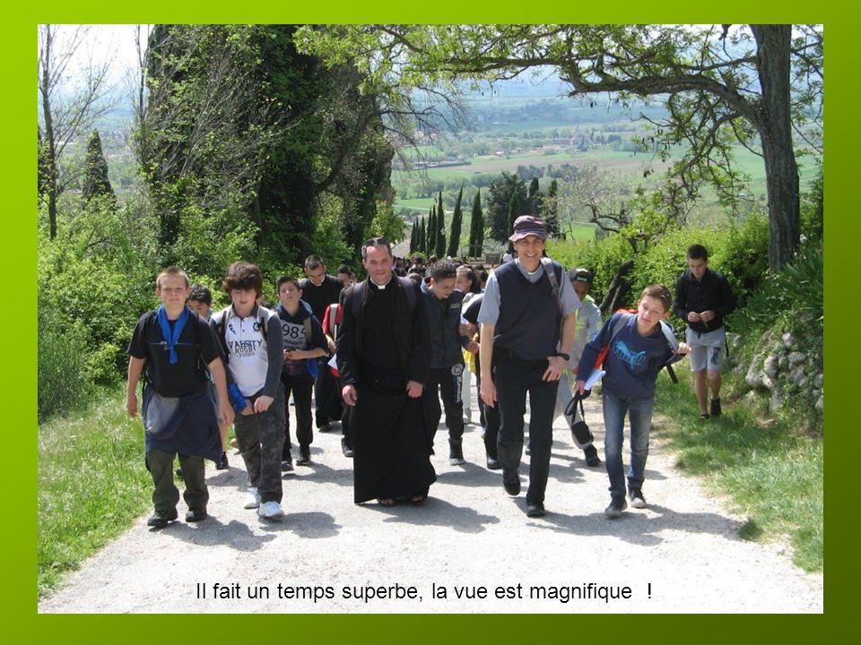 Il est midi, nous montons en direction des Carceri, situées dans une des vallées du Mont Subasio … Les petits Contois sont en forme ! Ils ne savent pa