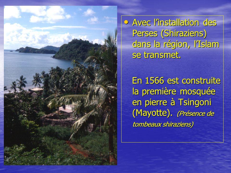 • En 1841, Mayotte choisit de se rattacher à la nation française par le traité de session de Mayotte (Adrian SOULI avec le commandant Passot).