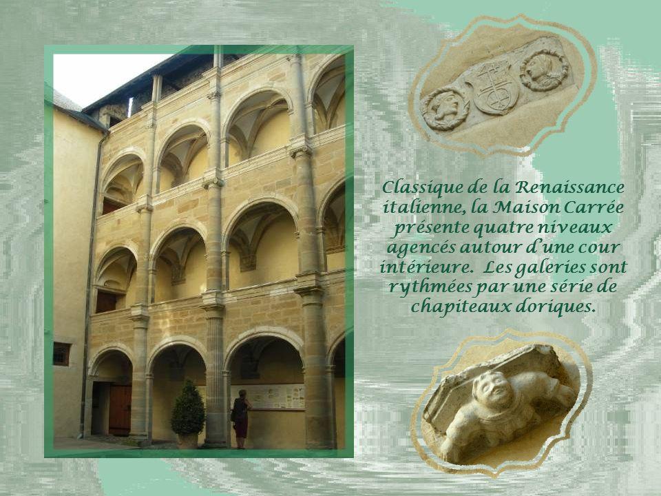 La place à arcades sur laquelle s'ouvre la Maison Carrée, érigée par Pedro Sacaze, un riche marchand, au XVIe siècle.