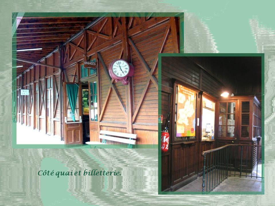 L'ancienne gare qui est entièrement réalisée en bois.