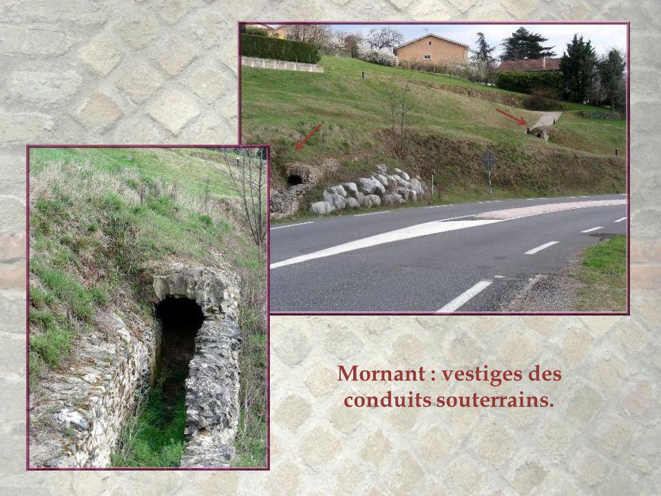 Le canal devient rampant en bifurquant à 70 degrés pour s'enfiler sous le village…