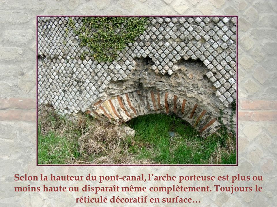 À Soucieu-en- Jarrest, l'aqueduc n'est plus enterré. Ce canal peut être examiné de près, de la route qui le coupe.