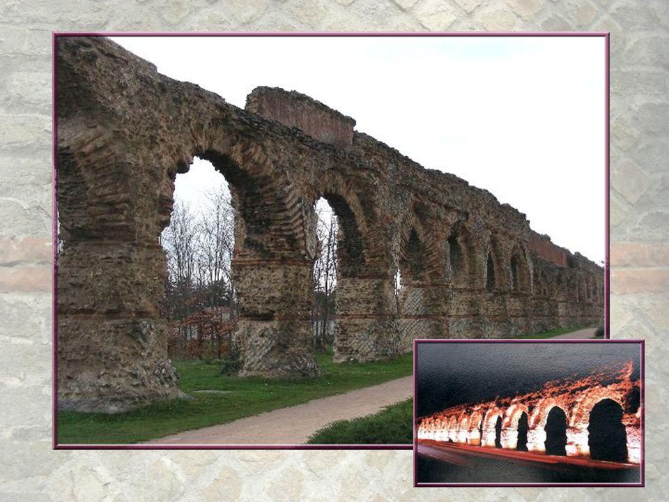 Ayant dépassé Chaponost, nous découvrons la magnifique enfilade d'arcades du Plat de l'Air qui étend sur 550 mètres, ses 92 arches! Les plus hautes at