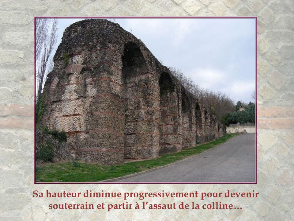 L'aqueduc du Gier se nomme aussi aqueduc du Mont-Pilat. Aux deux extrémités il n'y a pas d'arches de soutènement ou, parfois, elles sont remplies de p
