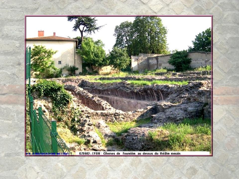 Il existait des citernes destinées à recueillir l'eau de pluie (on en a trouvé une cinquantaine) mais elles auraient été bien insuffisantes. L'eau des