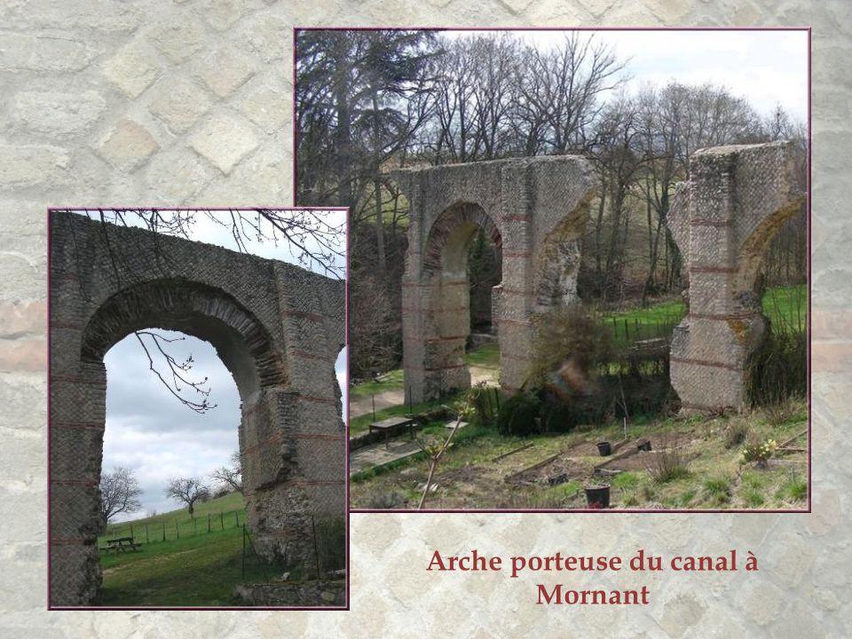 Suivant le tracé de l'aqueduc, de nombreux vestiges jalonnent la campagne. Ils témoignent d'une construction à la fois esthétique et solide. Ce n'est