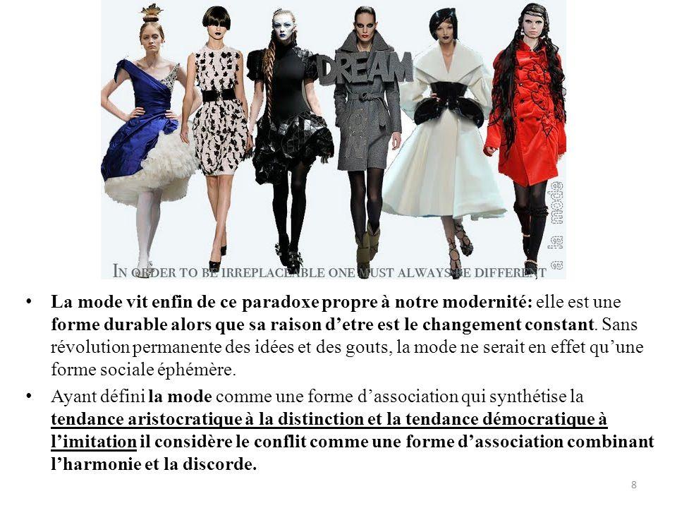 Mode • La mode vit enfin de ce paradoxe propre à notre modernité: elle est une forme durable alors que sa raison d'etre est le changement constant. Sa