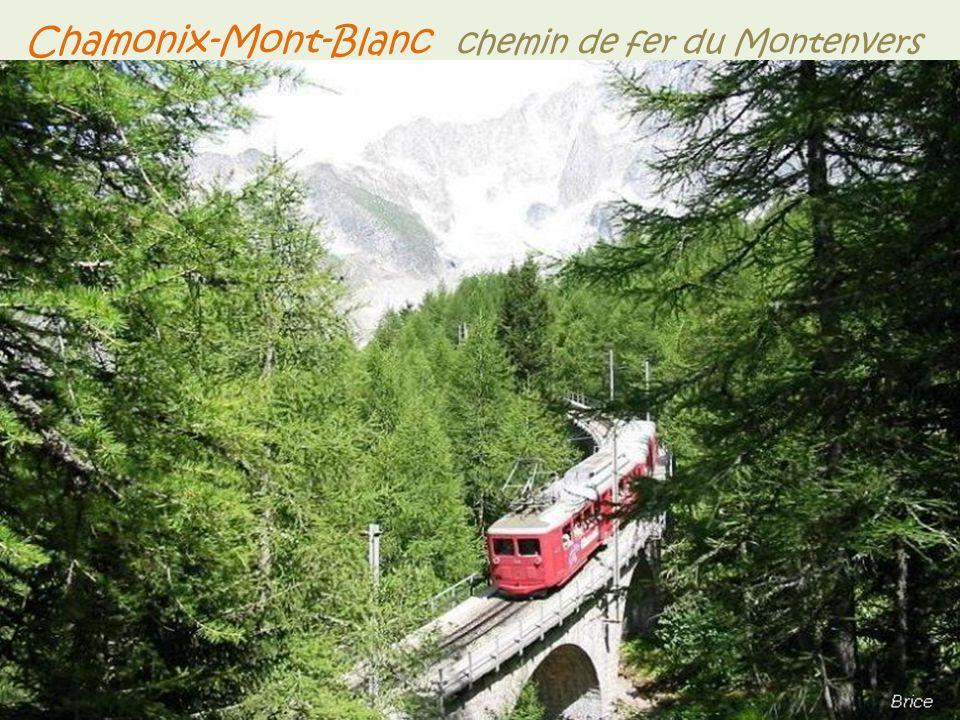 -Le lac Blanc des Aiguilles Rouges, d'une altitude de 2352 mètres. -La vallée Blanche, vallée glacière à 3400 mètres d'altitude. Chamonix-Mont-Blanc