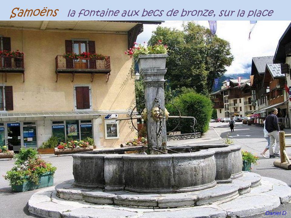 Samoëns la fontaine aux becs de bronze, sur la place