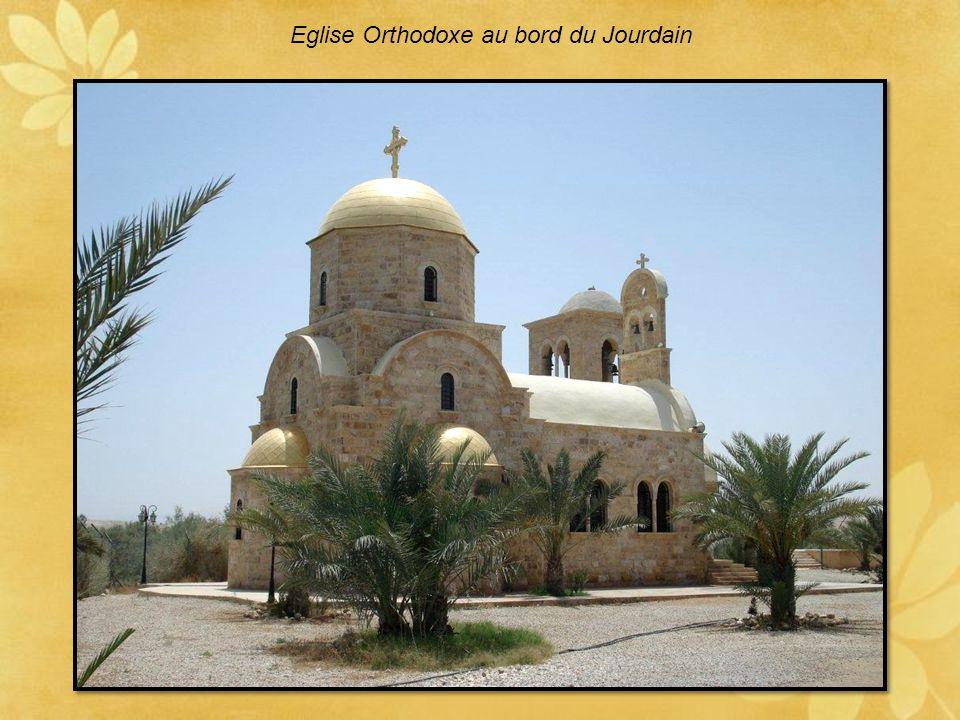 Reconstitution du site présumé de baptême de Jean le Baptiste au bord du Jourdain. La visite de Jean-Paul II en l'an 2000 apporta la consécration au s