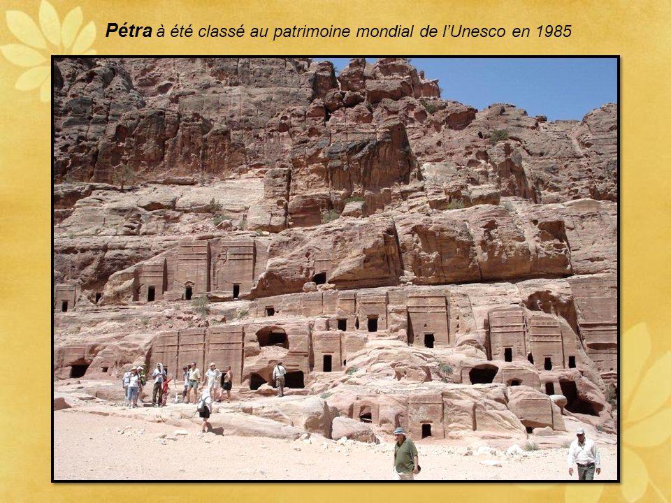 Première merveille au bout du Siq: Le Khazneh C'est la façade la plus travaillée de tous les monuments de Pétra Il à été nommé aussi le trésor par les