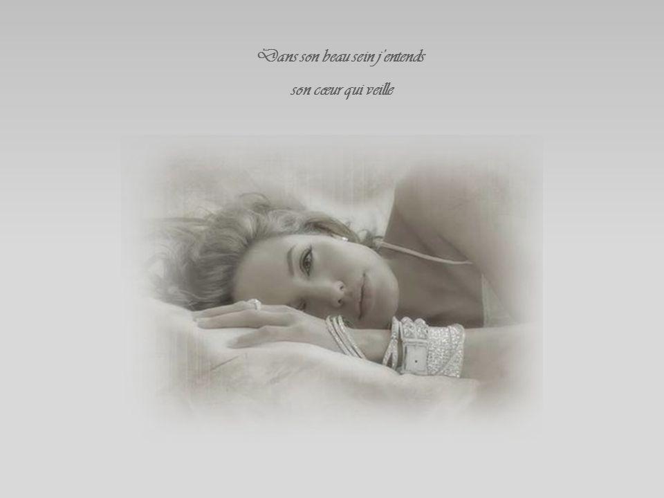 Dans son beau sein j'entends son cœur qui veille