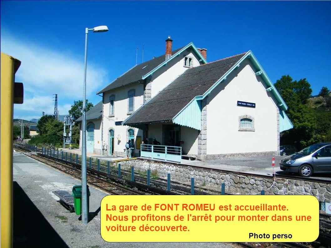A cause de la voie unique, dans certaines gares, l'arrêt est obligatoire pour permettre le croisement de 2 trains. Photo perso