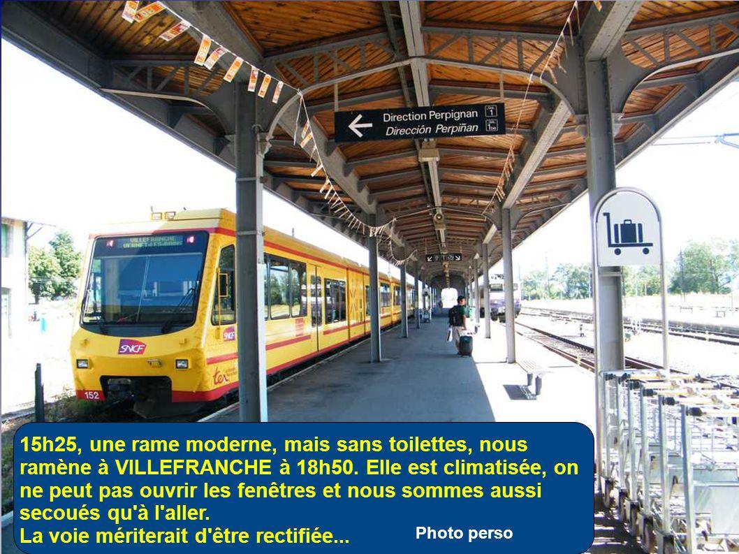 La gare et sa place ( et pas un seul café à l'horizon! ) LATOUR DE CAROL est à 1,5 km et ENVEIGT à 1 km
