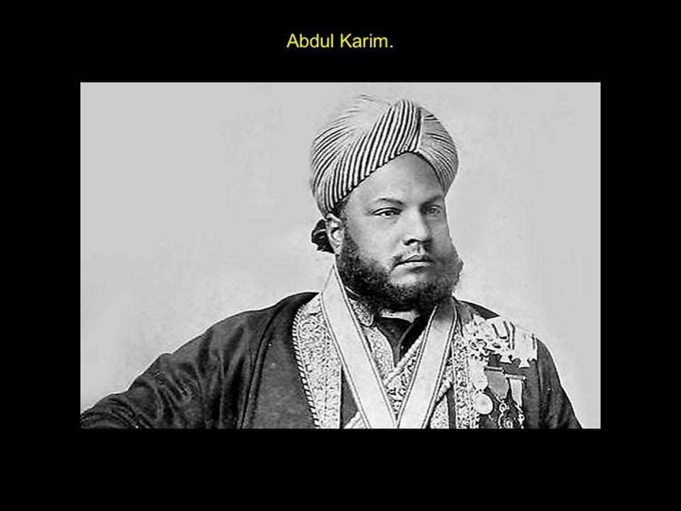 Abdul Karim Survient un bel indou : Abdul Karim. Lors de son Jubilé d'or, la reine se voit offrir deux serviteurs, Mahomet Bush et Abdul Karim. « Gran
