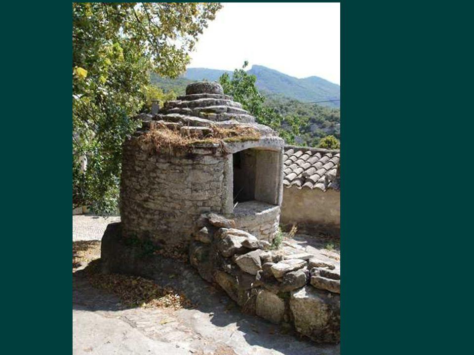 Un cabanon (cabane ou capitelles et trulli en Italie) de pierres, refuge de bergers, habitations anciennes ;Ne s'est jamais appelé « borie » nom fantaisiste attribué en 1912 par un intellectuel, un certain Nicollet ….