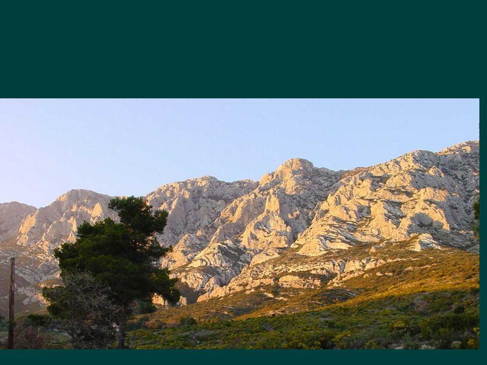 •Roussillon est un village couleur de feu dont les murs sont recouverts de toute la gamme ses ocres ferrugineux.