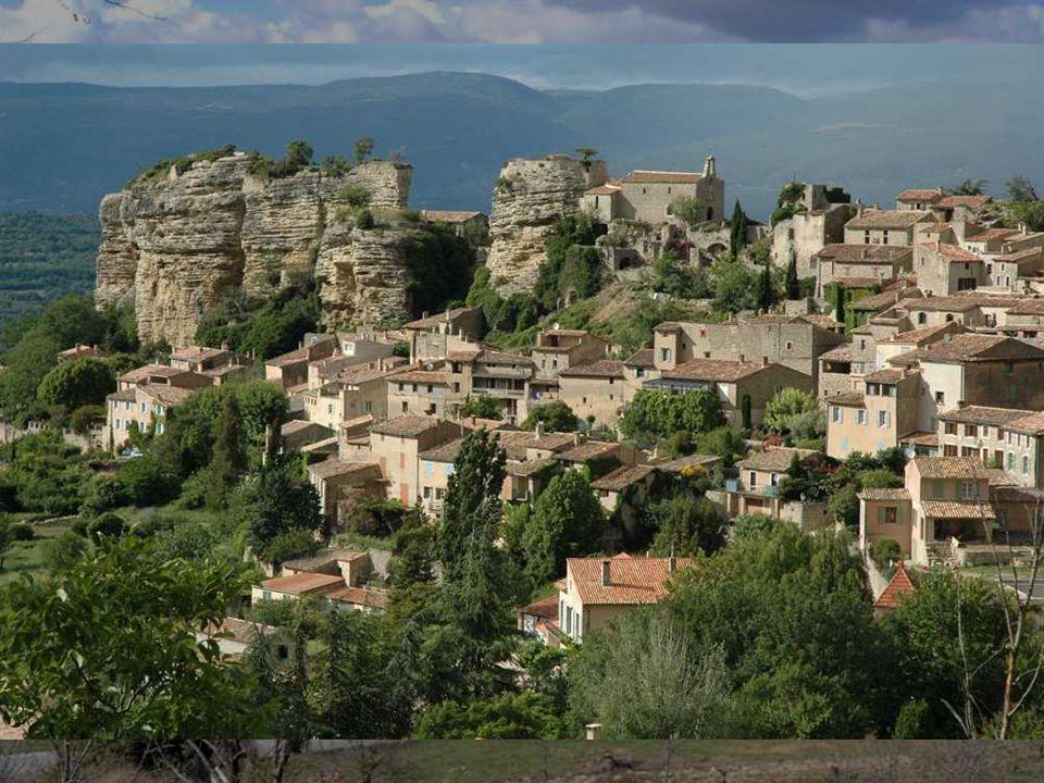 Saignon, au cœur du Luberon,fait moins la retape que Gordes, plus isolée mais aussi belle