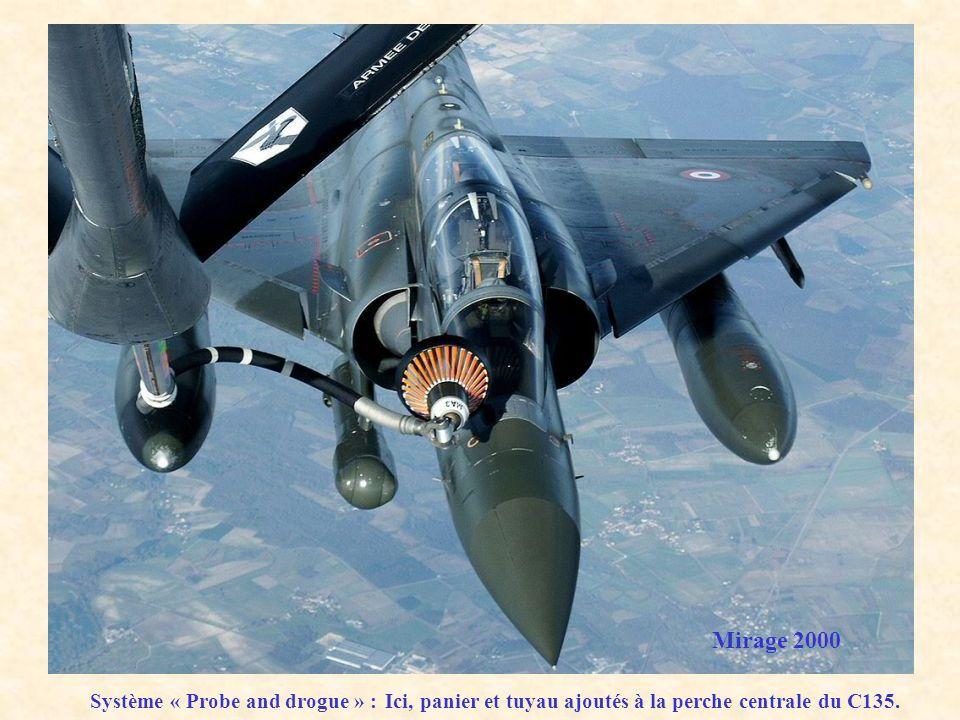 Mirage 2000 Système « Probe and drogue » : Ici, panier et tuyau ajoutés à la perche centrale du C135.
