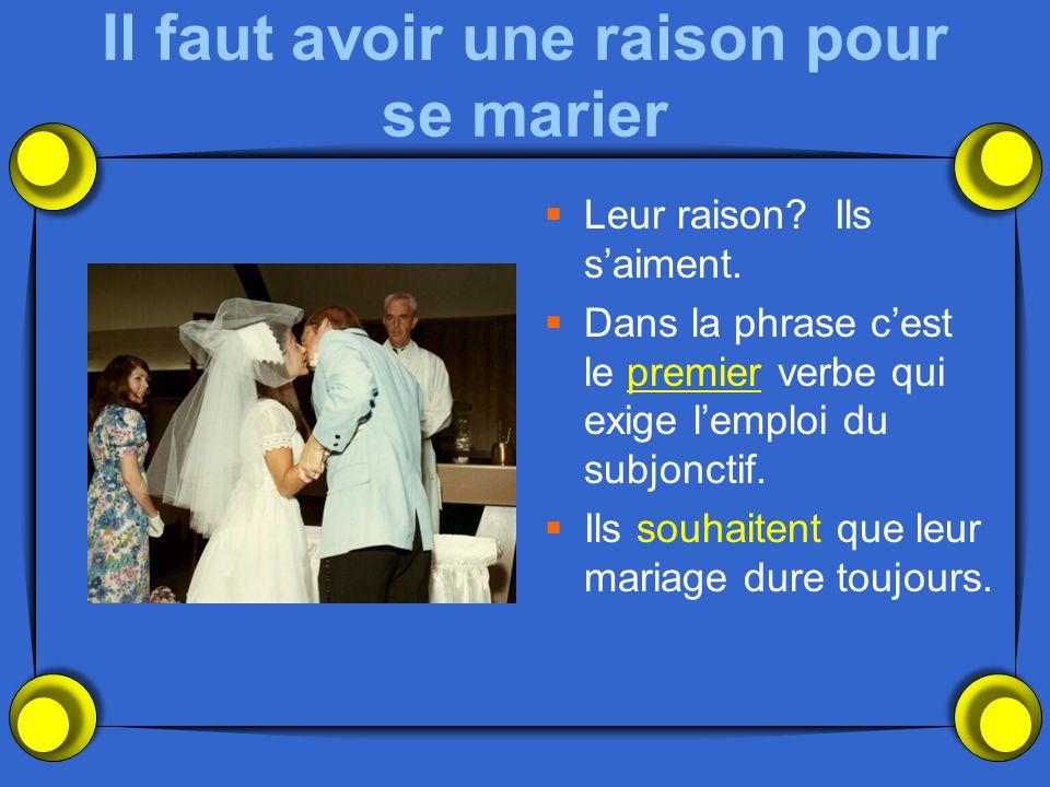 Il faut avoir une raison pour se marier  Leur raison? Ils s'aiment.  Dans la phrase c'est le premier verbe qui exige l'emploi du subjonctif.  Ils s