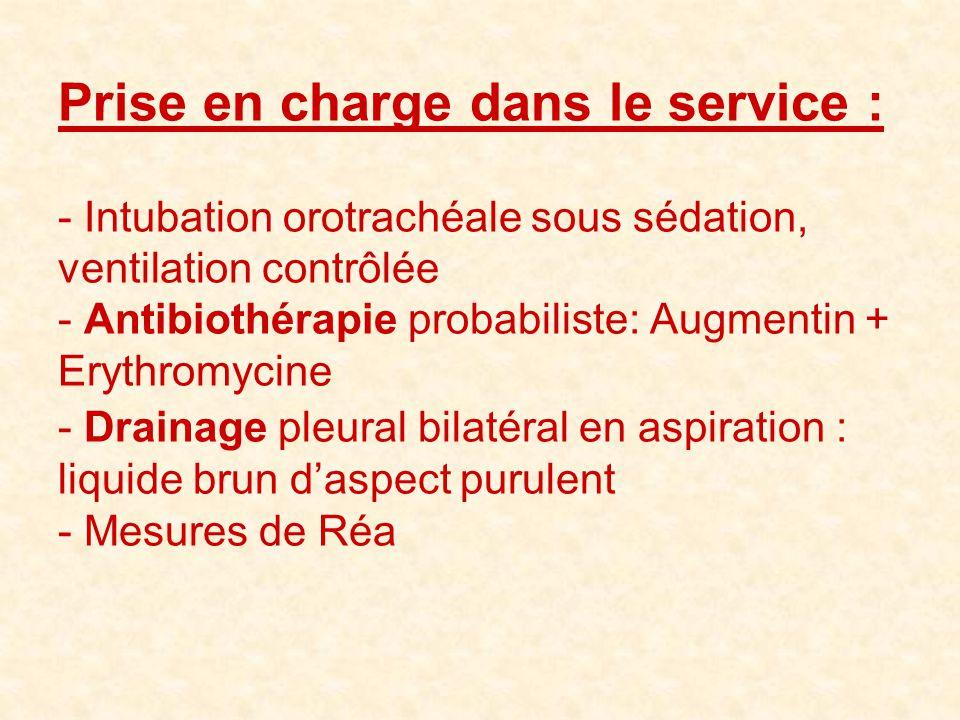 Prise en charge dans le service : - Intubation orotrachéale sous sédation, ventilation contrôlée - Antibiothérapie probabiliste: Augmentin + Erythromy