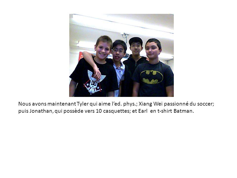 Nous avons maintenant Tyler qui aime l'ed. phys.; Xiang Wei passionné du soccer; puis Jonathan, qui possède vers 10 casquettes; et Earl en t-shirt Bat