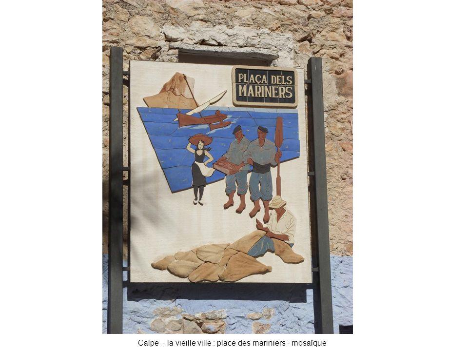 Calpe - la vieille ville : place des mariniers - mosaïque