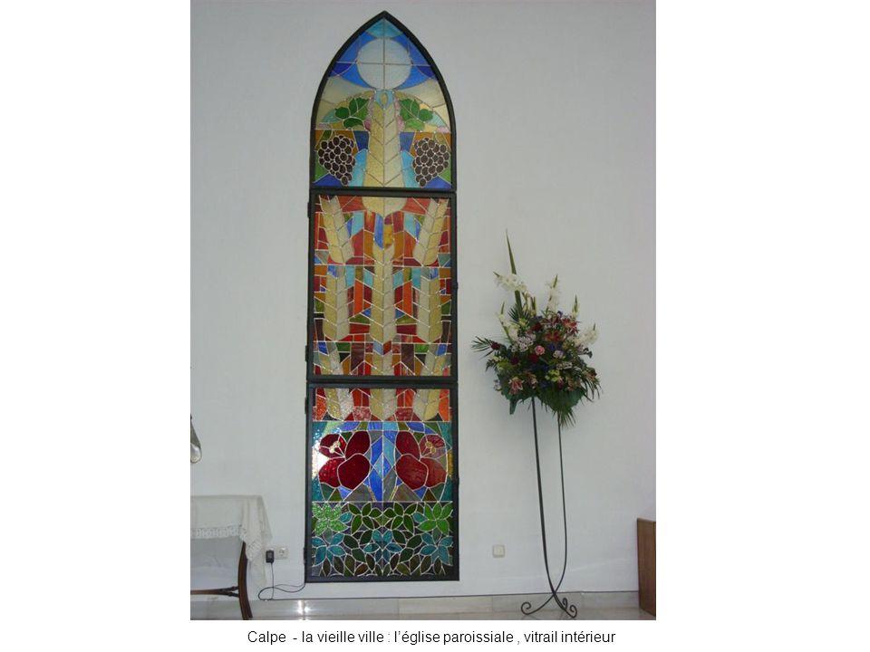 Calpe - la vieille ville : l'église paroissiale, vitrail intérieur