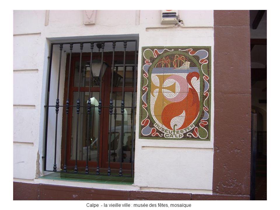 Calpe - la vieille ville : musée des fêtes, mosaïque
