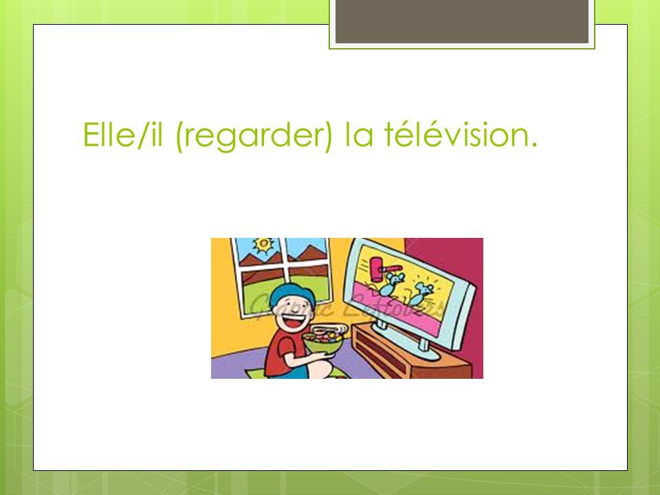 Elle/il (regarder) la télévision.