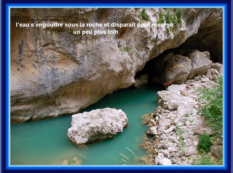 l'eau s'engouffre sous la roche et disparaît pour resurgir un peu plus loin