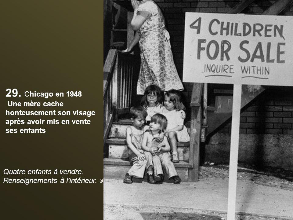 28. Une mère et son fils regardent le champignon atomique après le test d'une bombe à Las Vegas en 1953