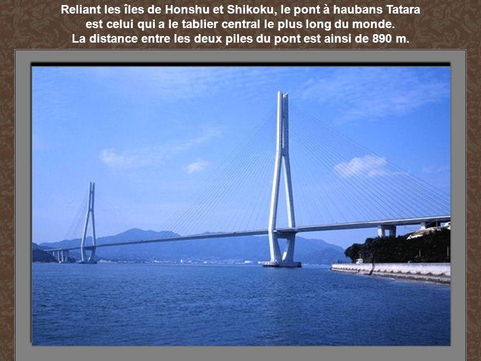 Reliant les îles de Honshu et Shikoku, le pont à haubans Tatara est celui qui a le tablier central le plus long du monde. La distance entre les deux p