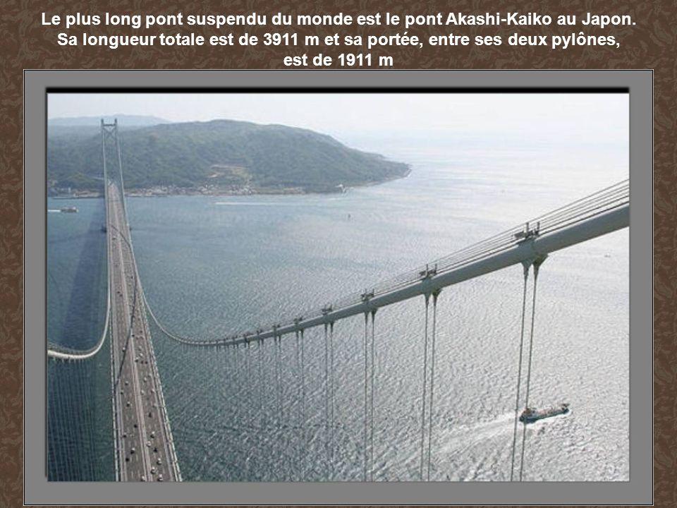 Le plus long pont suspendu du monde est le pont Akashi-Kaiko au Japon. Sa longueur totale est de 3911 m et sa portée, entre ses deux pylônes, est de 1