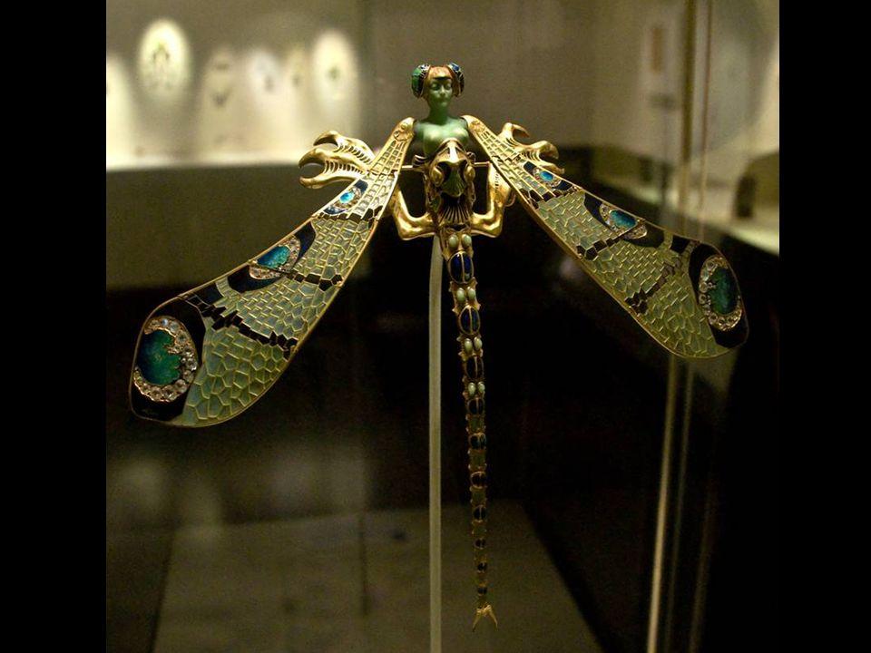 Lalique fut l'unique artiste moderne dont Calouste Gulbenkian devint le client et l'ami. Ce dernier acquis le fameux Pectoral à la libellule (vers 189