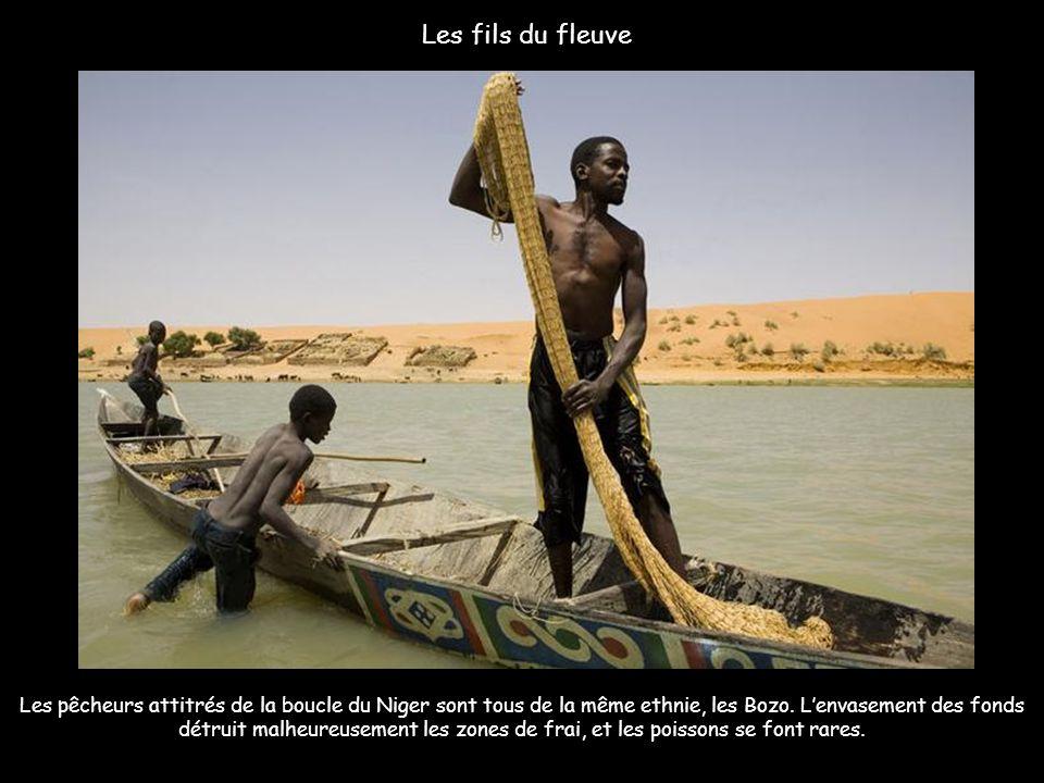 Le soleil tombe sur le fleuve Niger à Ségou au Mali.