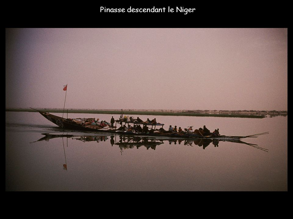 Au Mali - A quai sur le fleuve Niger le Kanko Moussa attend que le fleuve baisse et ainsi pouvoir amener ses passagers de Bamako a Tombouctou.
