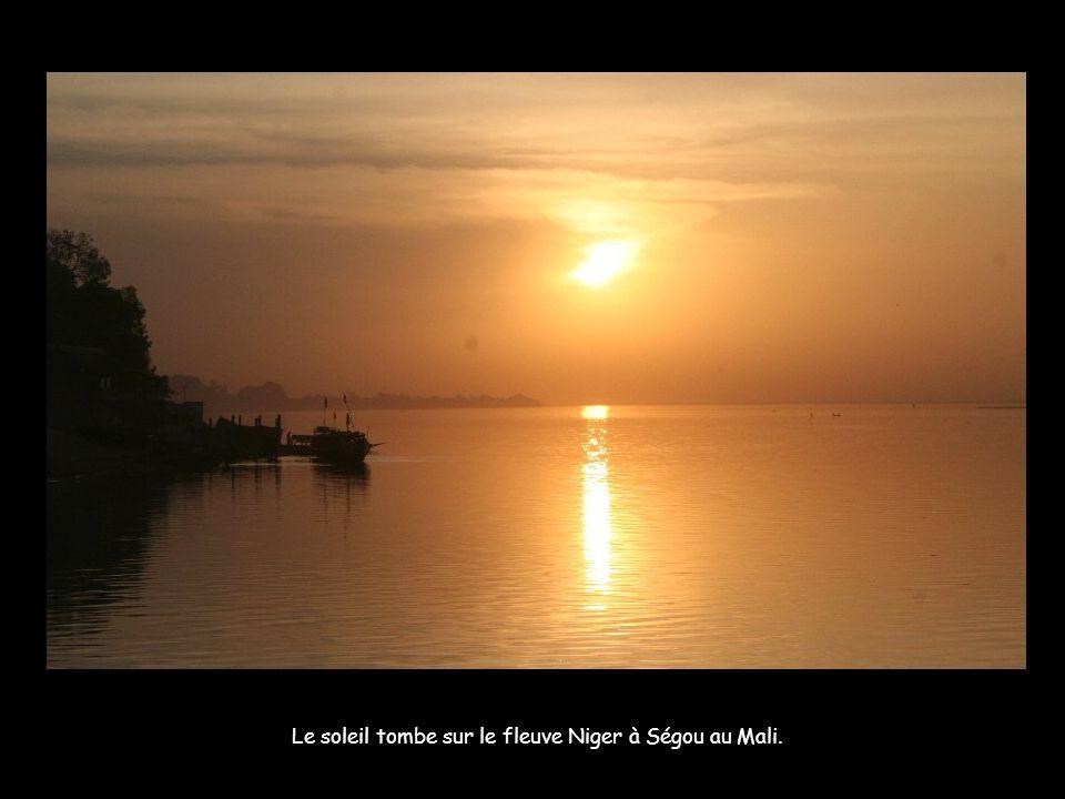 Les villages avant Gao sont désormais séparés du Niger par une chaîne de dunes, rendant les allez-retour au fleuve plus laborieux. Le fleuve au soleil