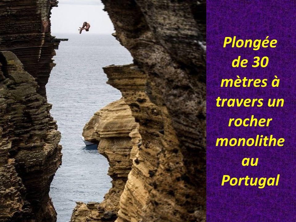 Plongée de 30 mètres à travers un rocher monolithe au Portugal