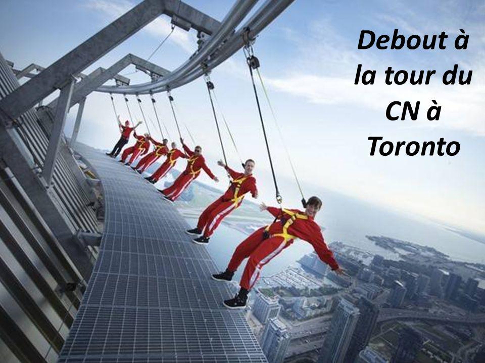 Debout à la tour du CN à Toronto