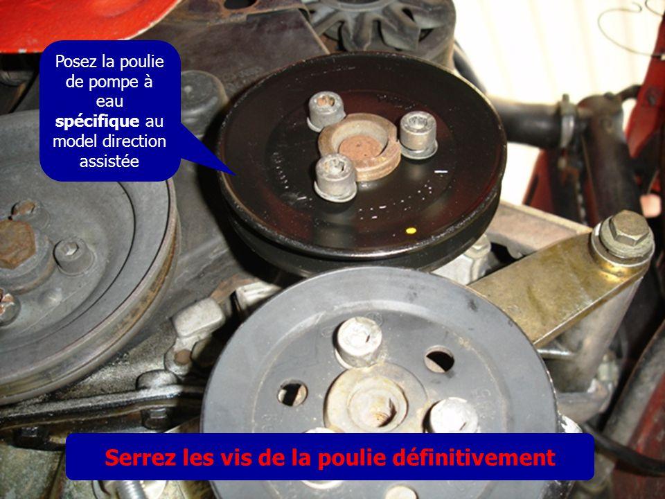 Posez la poulie de pompe à eau spécifique au model direction assistée Serrez les vis de la poulie définitivement
