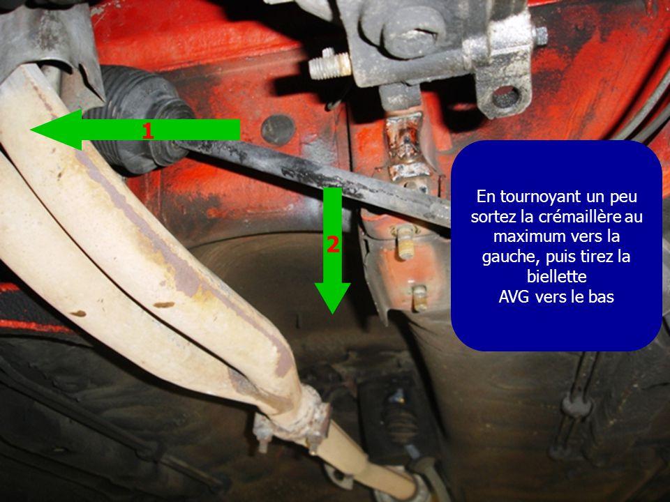 En tournoyant un peu sortez la crémaillère au maximum vers la gauche, puis tirez la biellette AVG vers le bas 1 2