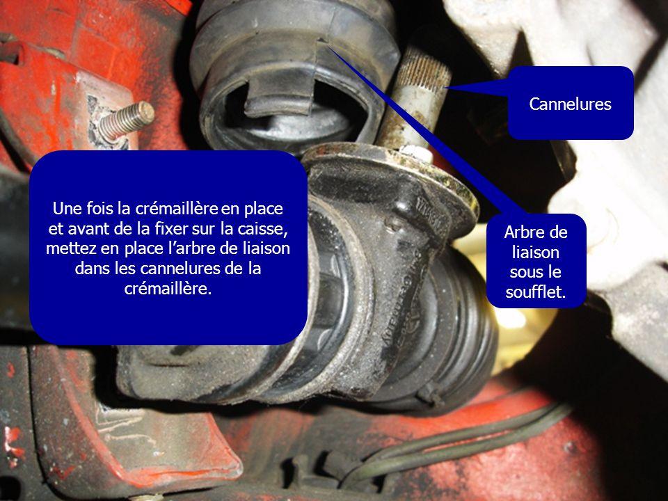 Une fois la crémaillère en place et avant de la fixer sur la caisse, mettez en place l'arbre de liaison dans les cannelures de la crémaillère. Cannelu